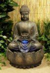 Buddha-Brunnen mit Blüte