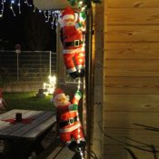 Zwei Weihnachtsmänner hängend